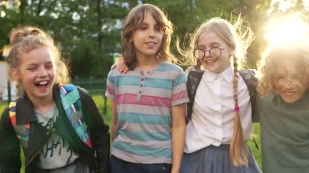 Szoros portréja boldog iskolás a háttérben a beállítás nap. Négy osztálytársak. Vissza az iskolába