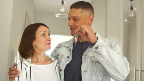Šťastný pár si koupí nový byt nebo dům. Nákup půjček na nemovitosti