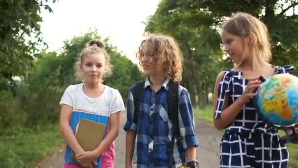 Děti jdou do školy. Vezměme si glóbus. Školní dny, zpět do školy