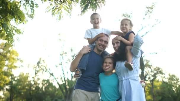 Velká rodina se třemi dětmi na portrétu. Šťastné rodinné prázdniny, šťastné děti. Děti a rodiče, manžel a manželka a jejich děti