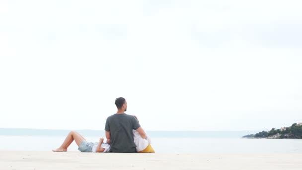 Šťastný otec a dvě děti odpočívají na oceánu. Šťastná rodinná dovolená, otcové den