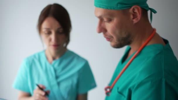 Mann und Frau in Anzügen diskutieren die medizinische Diagnose des Patienten. Medizin und Gesundheitswesen
