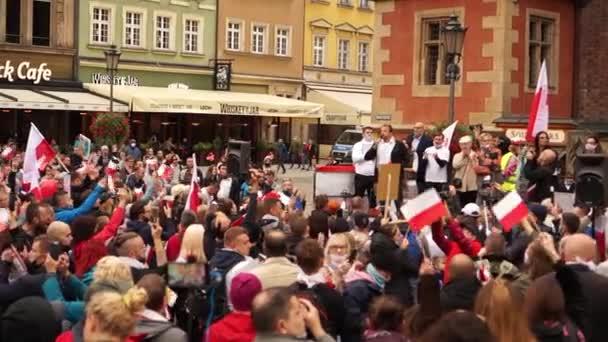 Wroclaw, Polsko - 10. října 2020 - Velký protestní pochod proti falešné pandemii. Lidé bez masek protestují na hlavním náměstí města