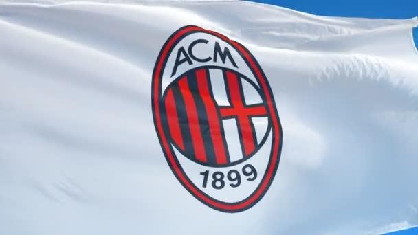 Olaszország Milánó július 2018: A.C. Milan zászló integetett a lassú mozgás ellen, kék eget, szerkesztői animáció, zökkenőmentesen végtelenített, közelről, elszigetelt az alfa-csatorna.
