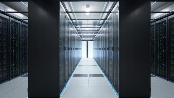 Kamera bewegt sich im Rechenzentrum in schummrigem Licht und zeigt Racks mit Serverausrüstung, die von zahlreichen Passagen geteilt werden. nahtlos loopte fotorealistische 3D-Renderanimation.