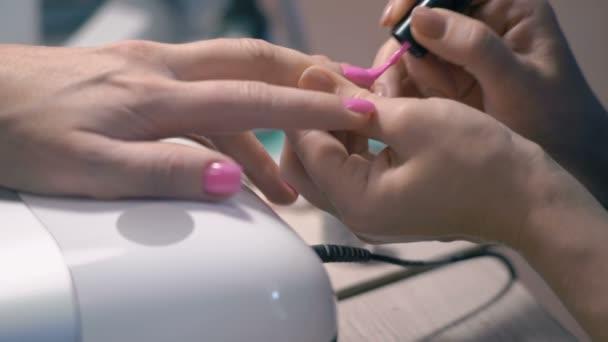 Detail, Master manikúra zabývá růžový lak na nehty