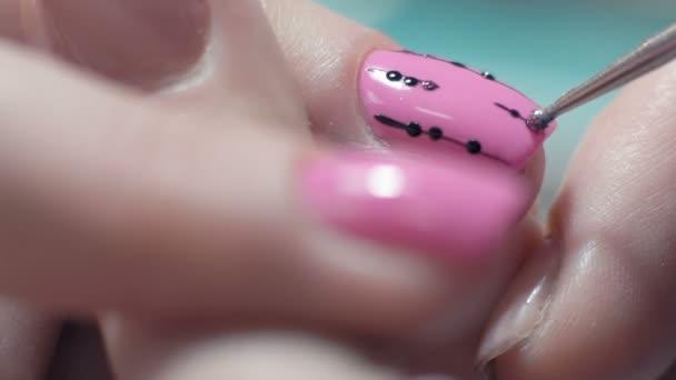 Extrémní detail, manikúra Master kreslí vzor na nehty ženy v salonu krásy