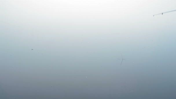 Horgászbot úszó őszi folyóba dobták