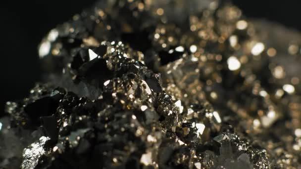 Makro, Pyrite krystaly krystaly křemene na černém pozadí