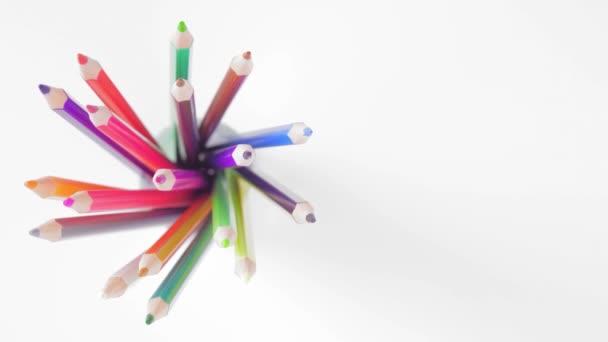 Felülnézet, színes ceruza egy pohár kering A Prugu fehér háttér bal