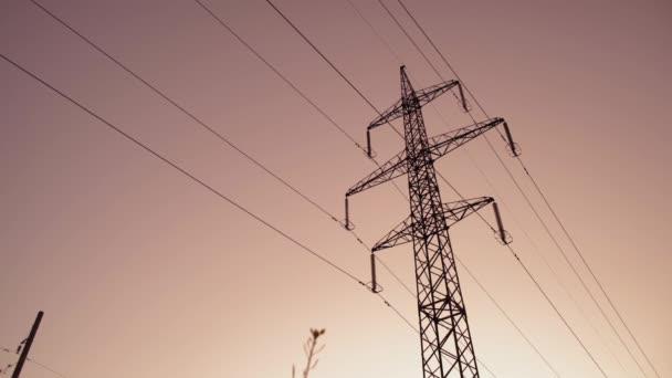 Stromübertragungsunterstützung im Hintergrund des Morgenhimmels