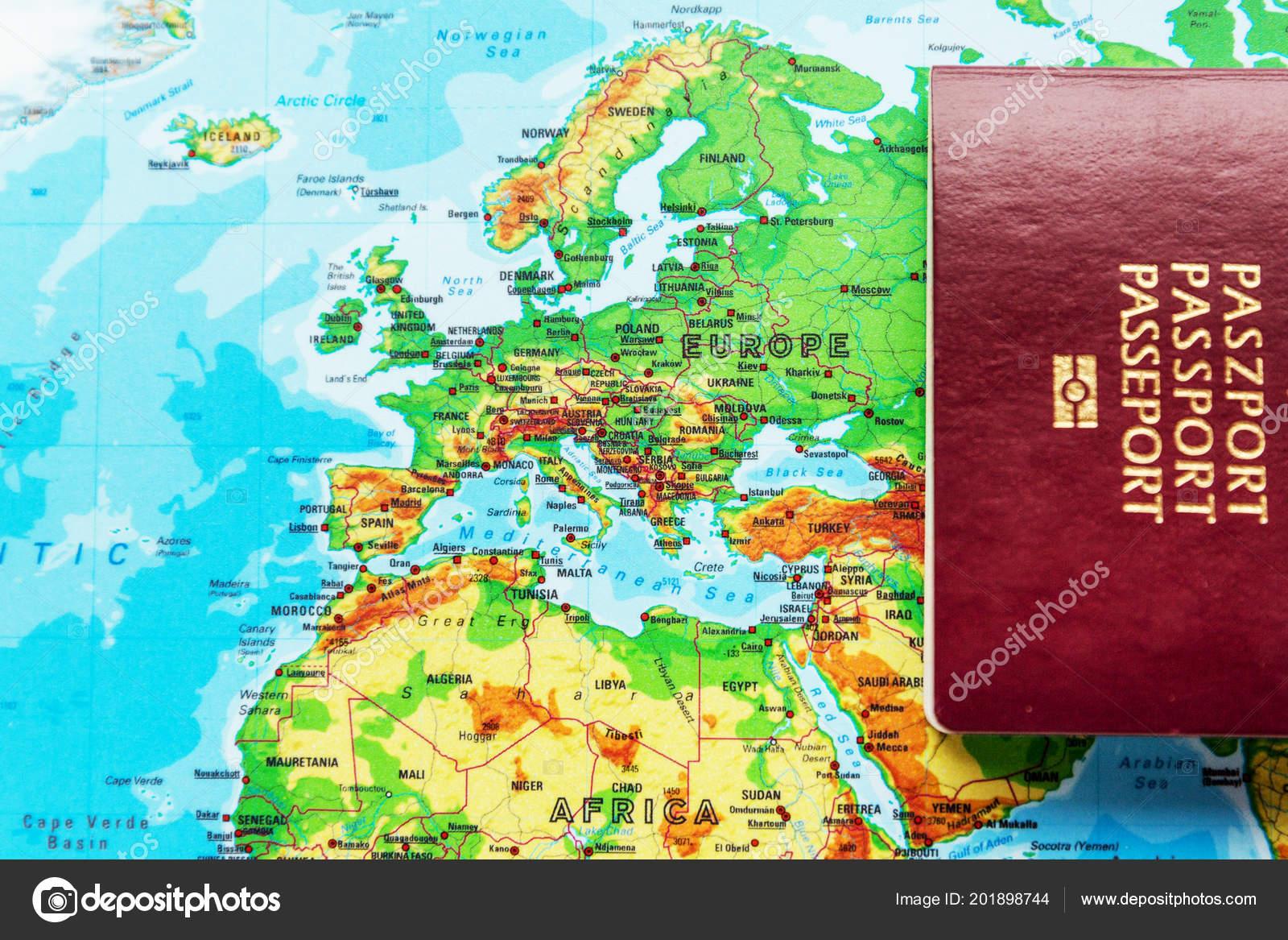 Carte Europe Voyage.Passeport Biometrique Rouge Sur Fond Carte Europe Concept
