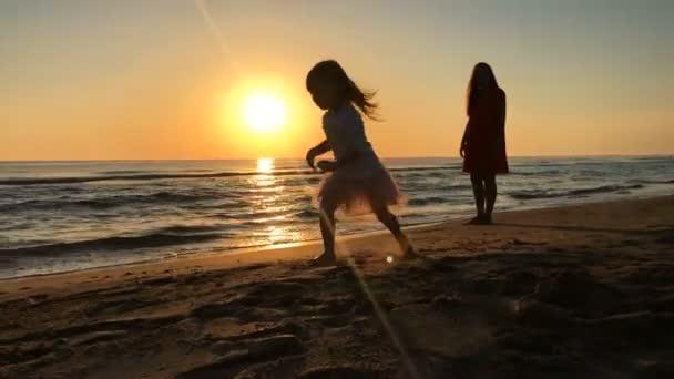 kleines Mädchen rennt den Strand hinunter.