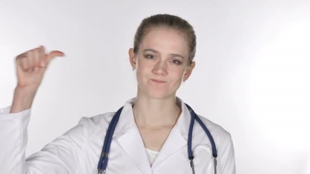 Portrét z mladá paní doktorka ukázal palec dolů