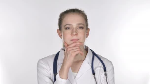 Porträt einer jungen Ärztin beim Denken, Brainstorming