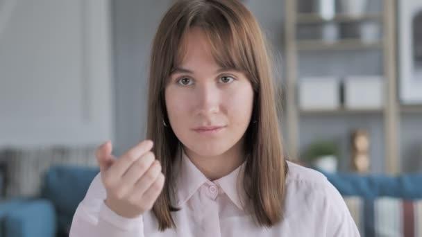 Porträt eines lässigen jungen Mädchens, das Kunden einlädt