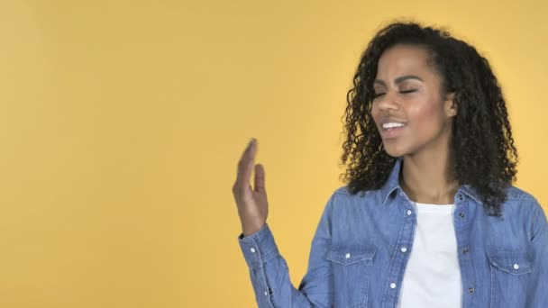Africká dívka zobrazeno produktu na straně, žluté pozadí