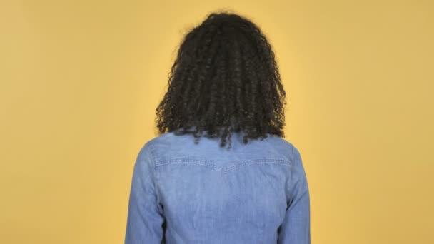 Palec nahoru Africká dívka otočila izolované na žlutém podkladu