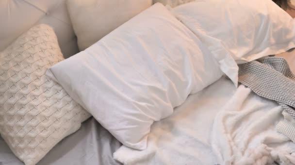 Fiatal lány jön, és szóló ágyban alvás