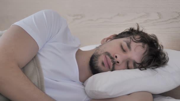 Nyugtalan ember miután fejfájás oldalán az ágyban alvás közben