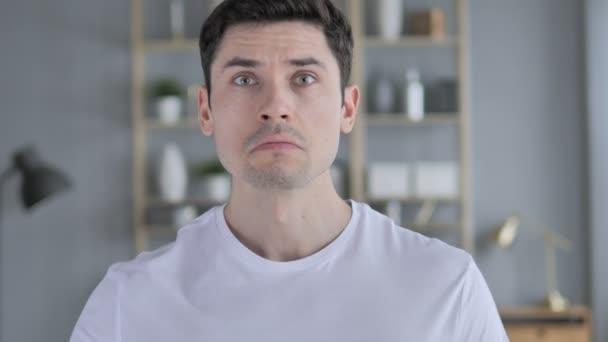 Dühös ordítás reagálva a problémával a munka, fiatal férfi
