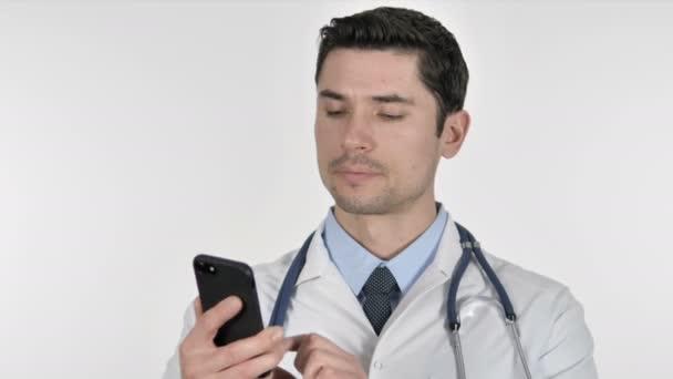 Arzt telefoniert mit Patient