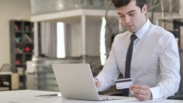 Online fizetési hiba reakció az üzletember, csőd