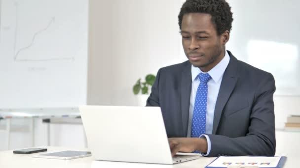 Fejfájás, fáradt afrikai üzletember dolgozó laptop