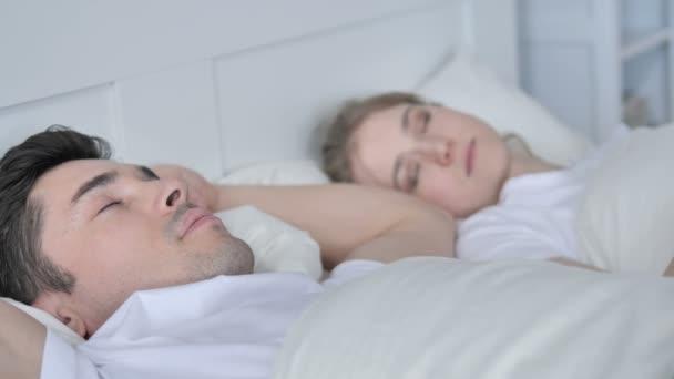 Müde paar schlafen im Bett