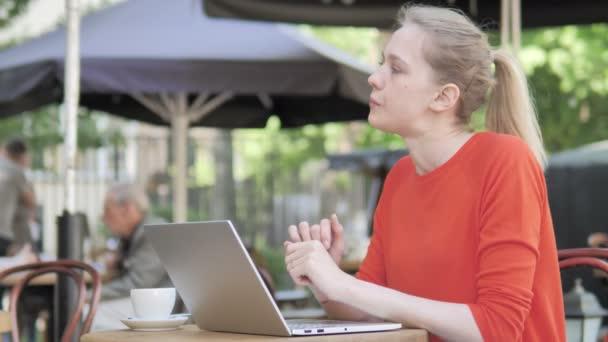 Pensive fiatal nő dolgozik laptop ülő Cafe Terrace