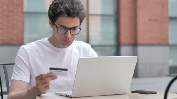 Erfolgreicher Online-Einkauf durch jungen Mann