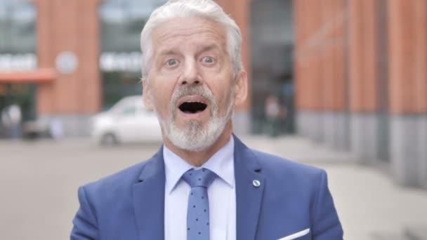 Outdoor-Porträt von schockierten alten Geschäftsmann Wunder in Ehrfurcht