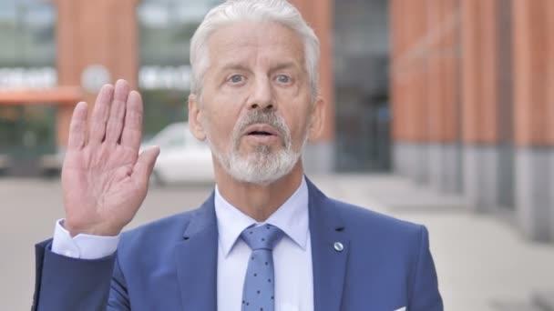 Online-Video-Chat von Altem Geschäftsmann im Freien
