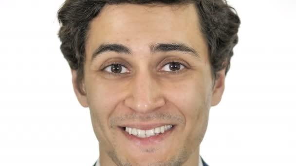 Blízkě usmívá se tvář mladého muže
