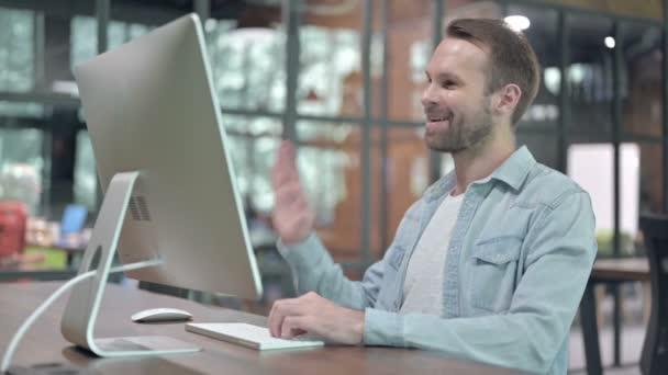 Videochat bei der Arbeit von Confident Creative Designer