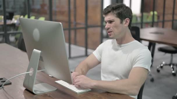 Bolest zad, nepohodlný mladý muž práce na počítači