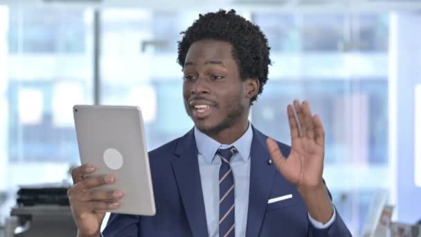 Afroamerikanischer Geschäftsmann bei Videochat auf Tablet