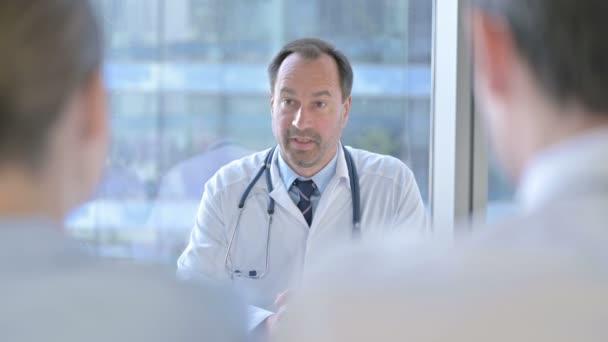 Rückenansicht: Paar holt sich Rat von Arzt mittleren Alters