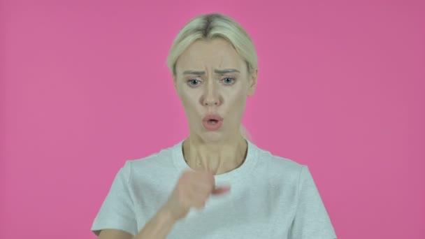 kranke junge Frau hustet auf rosa Hintergrund
