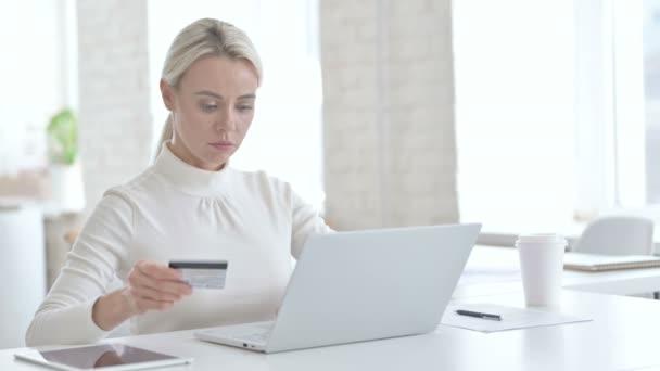 Fiatal üzletasszony hitelkártyával a Laptopon