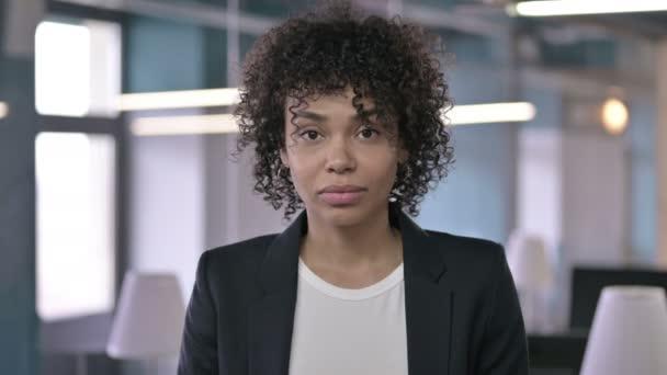 Porträt einer schockierten afrikanischen Geschäftsfrau, die per Handgeste auf Misserfolg reagiert