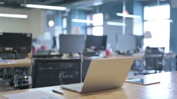 Otevřít notebook na stole s tabletou v sadě Office