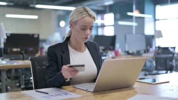 Vidám üzletasszony ünnepli Online fizetési siker az irodában