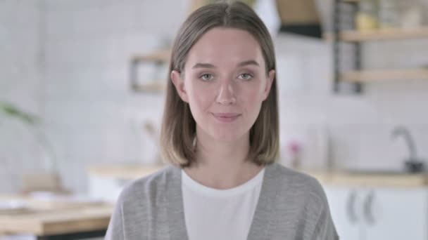 Porträt einer jungen Frau, die mit dem Finger zeigt und einlädt
