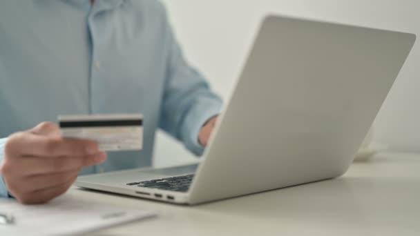 Nahaufnahme der Online-Zahlung am Laptop