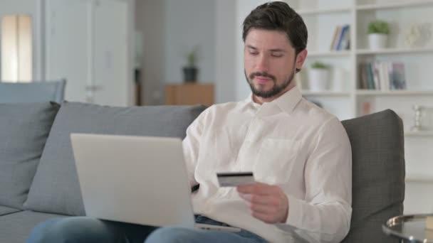 Koncentrált üzletember Online fizetés Laptop otthon