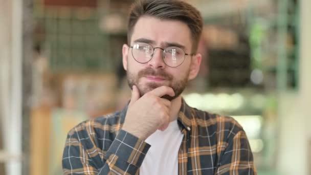 Porträt eines nachdenklichen jungen Mannes, der denkt und eine Idee entwickelt