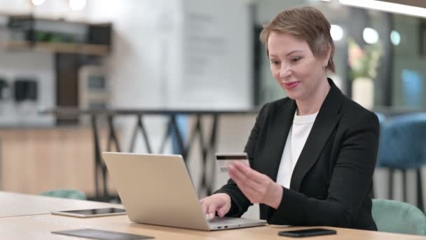 Erfolgreiche Online-Zahlung am Laptop für alte Geschäftsfrau, Online-Shopping