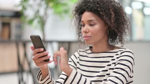 Detailní záběr mladé africké podnikatelky pomocí Smartphone