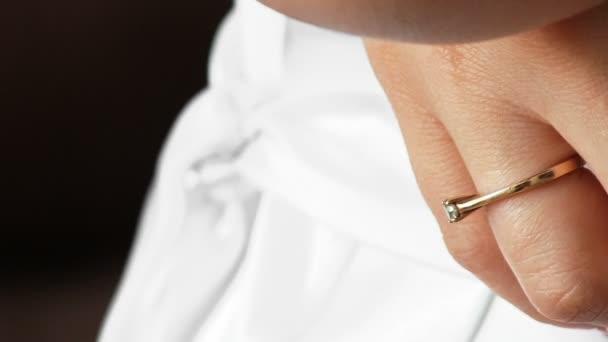 Angažovaný detail ruky zlatý prsten s drahými kameny bílé svatební šaty nevěsta